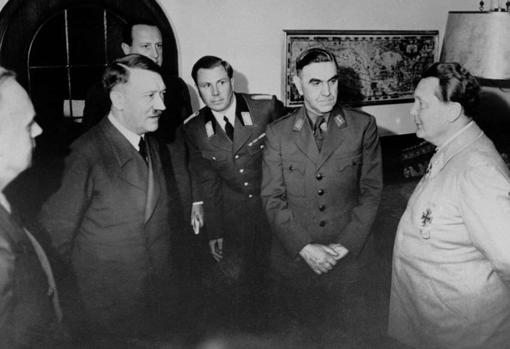 Pavelic (segundo por la derecha), junto a Hitler (segundo por la izquierda) y Goering (derecha)