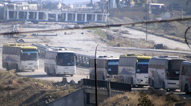 Varios autobuses durante la evacuación de Alepo