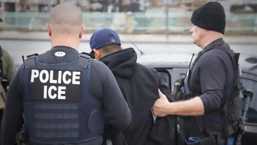 Agentes de inmigración estadounidenses inician las primeras redadas contra los indocumentados tras la llegada de Trump