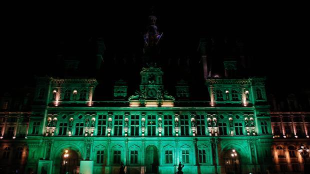 Image result for ayuntamiento de paris teñido de luz verde