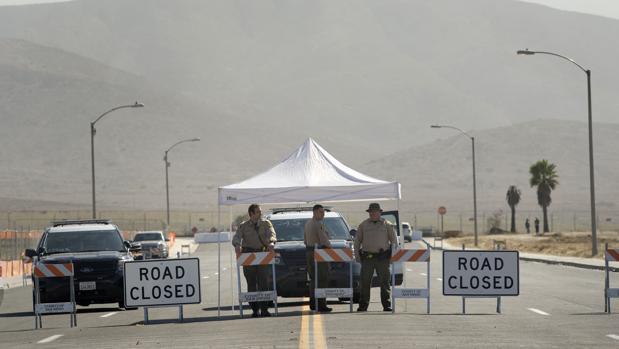 Agentes de la Oficina del Alguacil del Condado de San Diego cortan el acceso al área cercana en donde se construyen los prototipos del muro