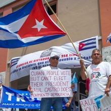 Decenas de personas se manifiestan en la Pequeña Habana en Miami