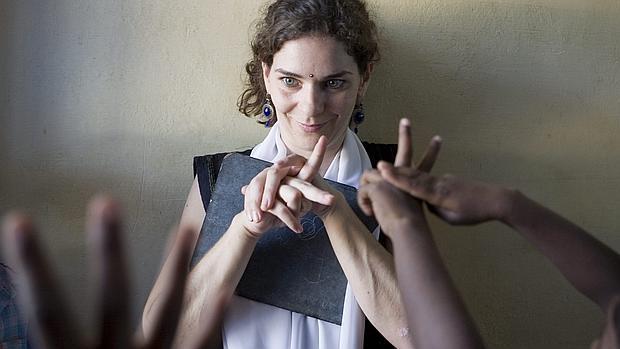 Sara enseña lengua de signos