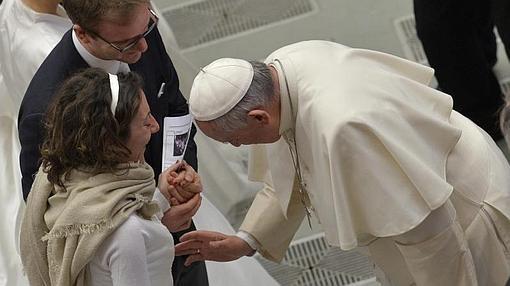 El Papa Francisco bendice a una mujer embarazada durante una audiencia