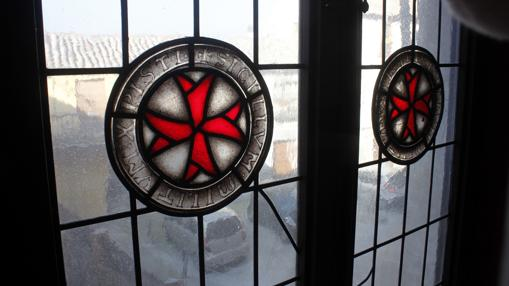 La cruz de Malta, en una de las ventanas de la Casa Temple
