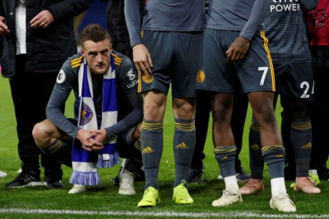 Jamie Vardy crouches down as players remember Leicester City owner