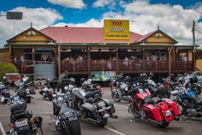 Porter & # 39; s Plainland Hotel with motorcycles parked in front of the Warrego Highway, west of Ipswich.