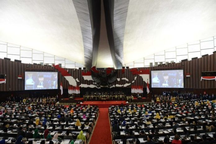 The photo shows the Indonesian parliament from the inside with a map of the archipelago in the foreground.