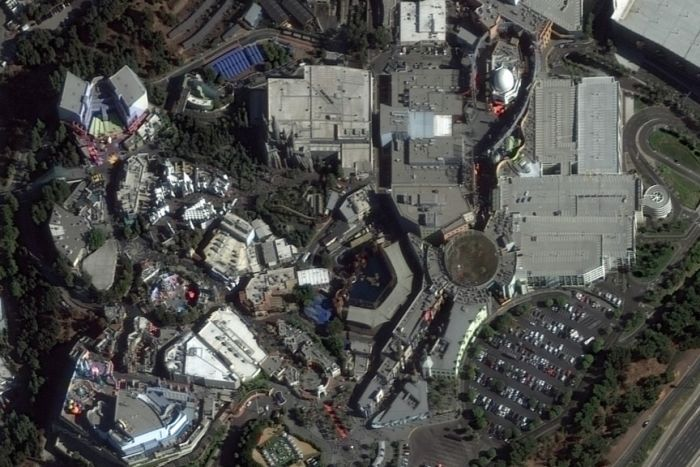 A satellite image of the Universal Studios Hollywood theme park. It is crowded and the car park is full.
