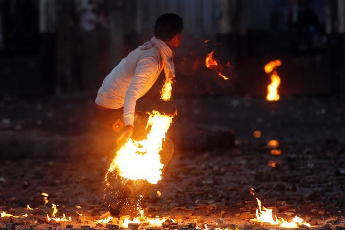 Youth throws Molotov cocktail outside Al-Azhar University in Cairo