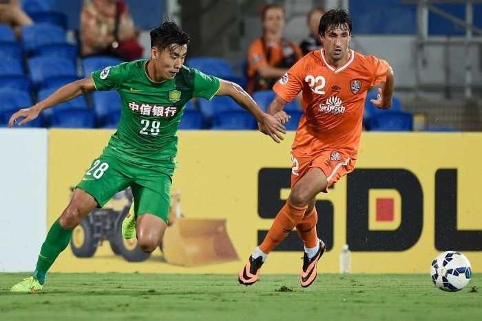Thomas Broich and Zhang Chengdong battle for possession