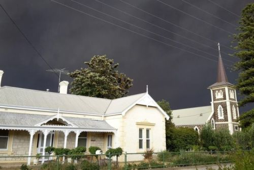 Sky black as a bushfire approaches parts of the Barossa Valley
