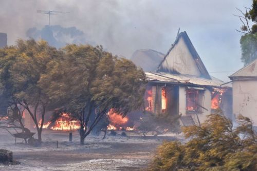 House burns at Wasleys in a big bushfire