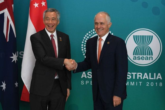 Singapore Prime Minister Lee Hsien Loong and Australian Prime Minister Malcolm Turnbull shake hands.