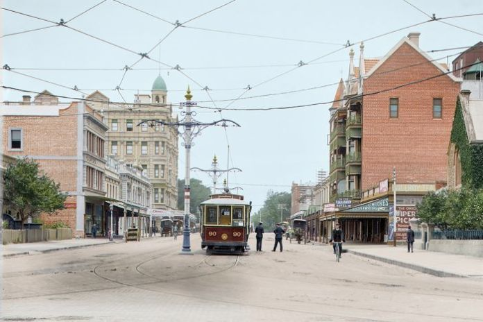 A colourised photo of Pulteney Street in 1913, with part of the Ruthven Mansions and a tram visible.