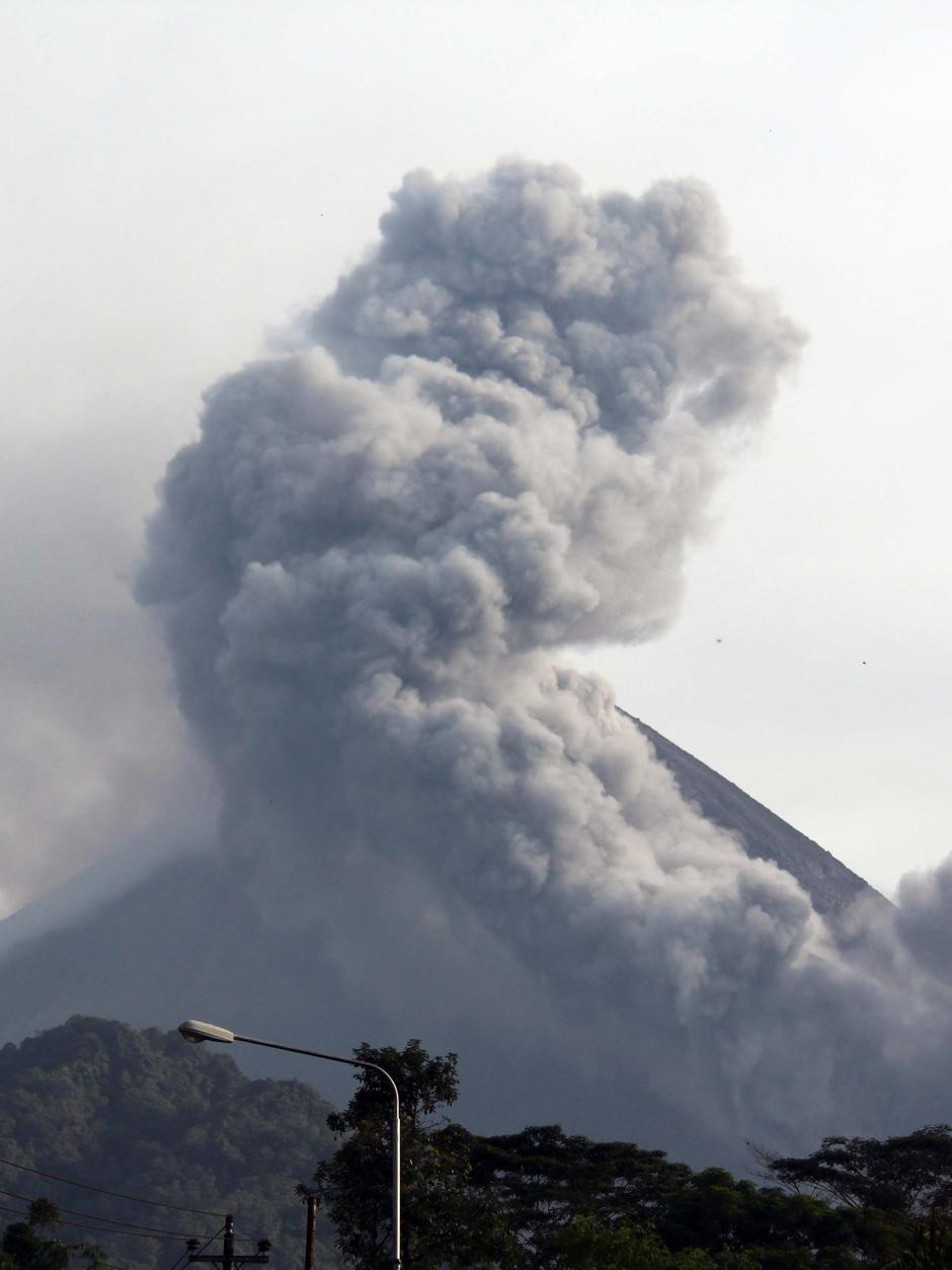 Am Mount Merapi Residents Refuse To Leave Volcano Zone