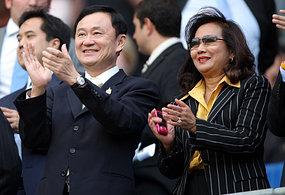 Thaksin Shinawatra (L) and his wife Pojaman.