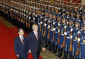 Chinese Premier Wen Jiabao and Australian Prime Minister Kevin Rudd review honour guard, Beijing