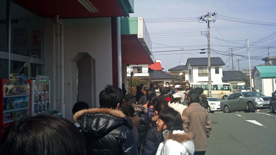 Quake-hit Iwaki residents line-up for food