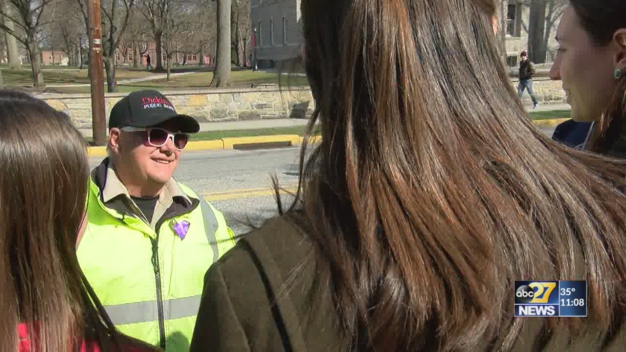 Students pay it forward to beloved crossing guard who stole their hearts, then lost his daughter
