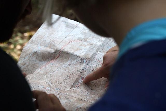 un doigt posé sur une carte