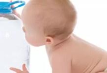 Dar água engarrafada ou fervida ao seu bebé