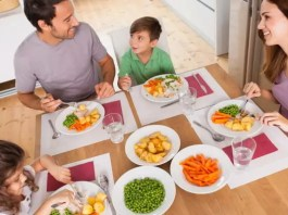 Crianças que jantam com os pais têm melhores notas
