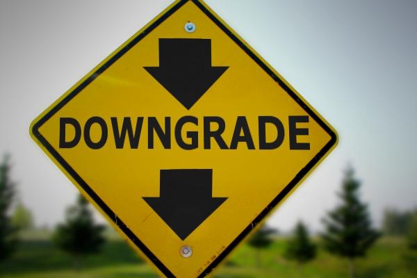 Nuovi downgrade in Europa e tensione sul nodo debito americano