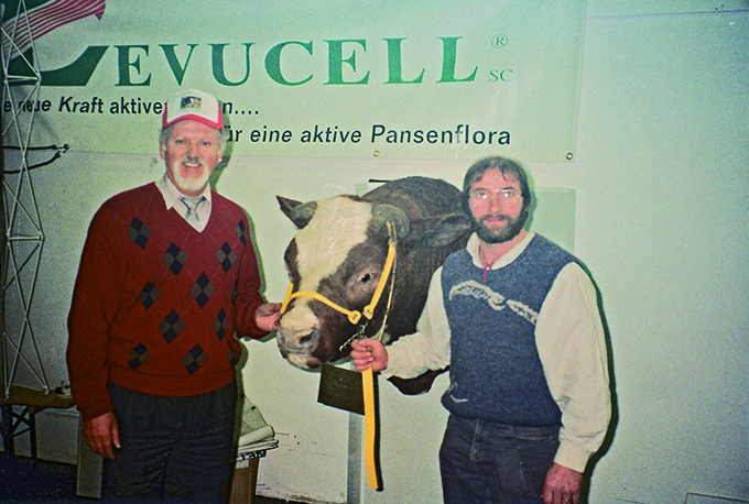 1980: Schrago Dominator JONN Red Dominator x Catsup Red JONN Red was the first good proven bull (crossing RH – Simmental) produced by the Schrago farm in Switzerland. Picture of the head of JONN Red: Cyril Schneider RH breeder in Canada (Dameya farm) and Jean-Louis Schrago
