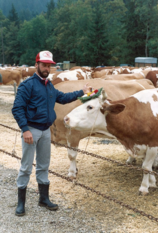 1980: Important visit to Switzerland of Dino Migliazzo, a breeder of 1'000 Holstein cows in Merced, California in front of a Magnetize daughter at the show in the Emmental Valley of Switzerland.