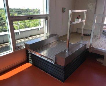 Installation d'un élévateur LOW UP par ABC LIFT spécialiste en plateforme élévateur ascenseur pour personne à mobilité réduite en France