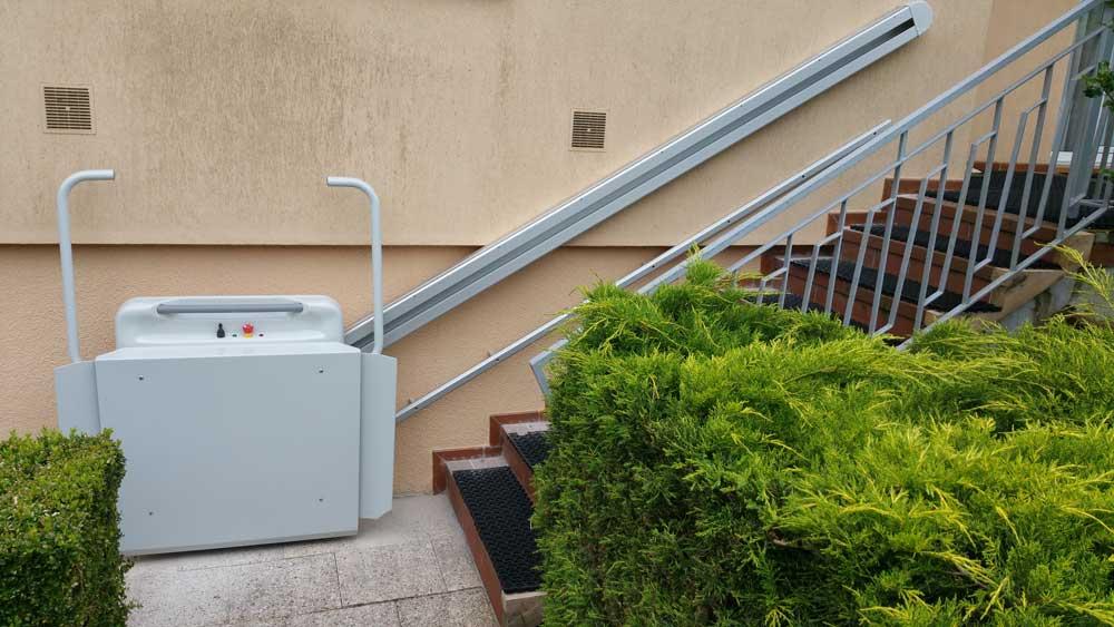 ABC LIFT spécialiste en élévateurs pour personne à mobilité réduiteici un élévateur monte-escaliers