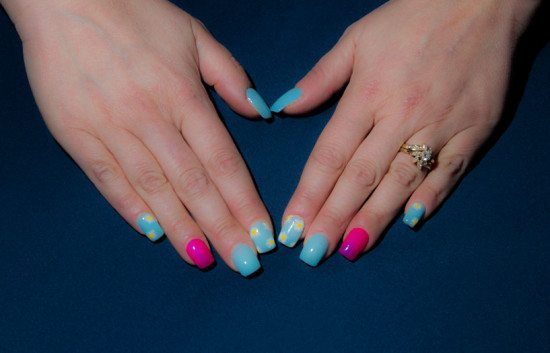Sky_blue_nails_white_daisies