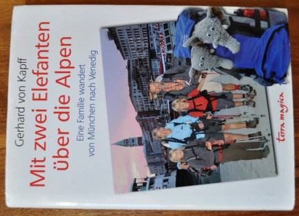 Mit zwei Elefanten über die Alpen. Eine Familie wandert von München nach Venedig. Von Gerhard von Kapff
