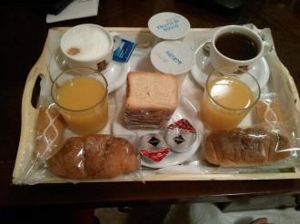 Das Frühstück, welches Mario zur gewünschten Uhrzeit aufs Zimmer bringt.