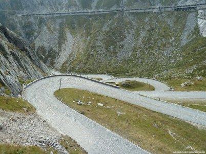 a ging's hinunter. Im Hintergrund der neue Gotthardpass.
