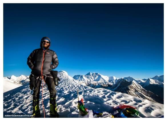 Flo am Gipfel des Mera Peak; im Hintergrund der Mount Everest