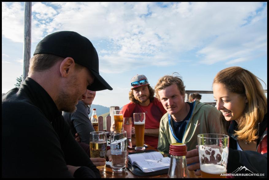 Auf der Tegernseer Hütte planen wir die Gruppeneinteilung und Routenwahl für den Samstag.