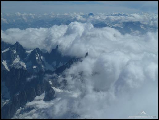 Auf der Spitze dort in der Mitte standen wir noch drei Tage vorher. Und selbst der ist 4000 Meter hoch. Sieht verschwindend klein aus!