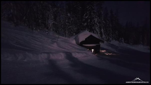 Verschneite Almen am Rand der Skipiste