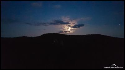 Schönes Schauspiel der Wolken am Nachthimmel