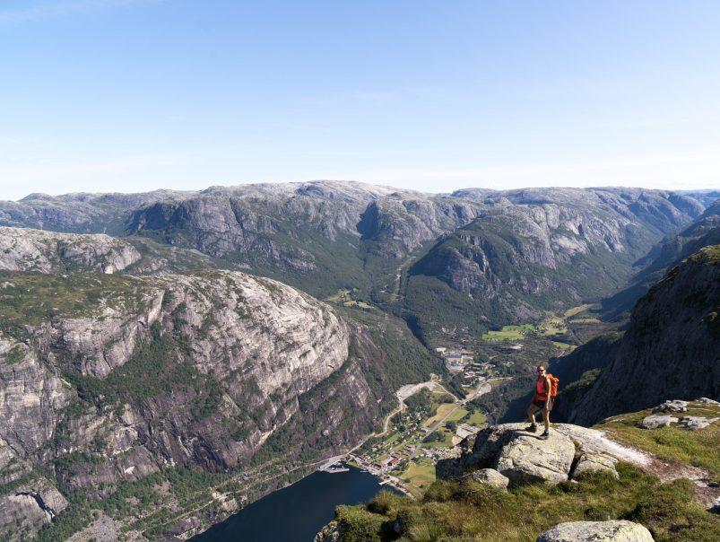 Tief unter uns liegt das Lysefjord und wir geniessen immer wieder die Ausblicke im Aufstieg zum Kjerag.