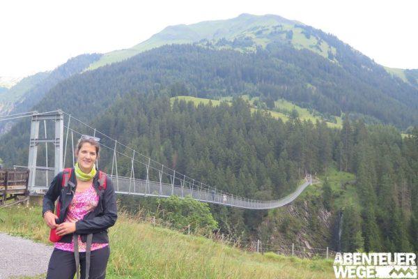 Wanderer vor der Holzgauer Hängebrücke