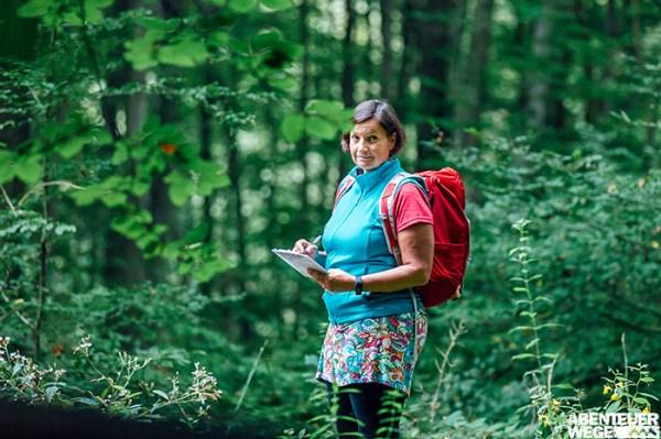Produktmanagerin beim Wandern auf Recherchereise