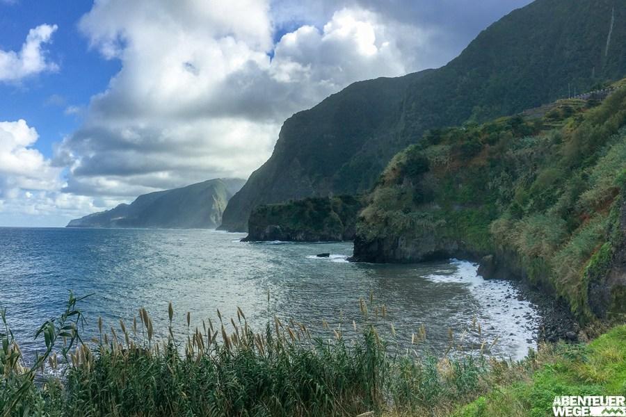 Rauschende Atlantikwellen, dramatische Steilklippen & üppige Vegetation auf Madeira.