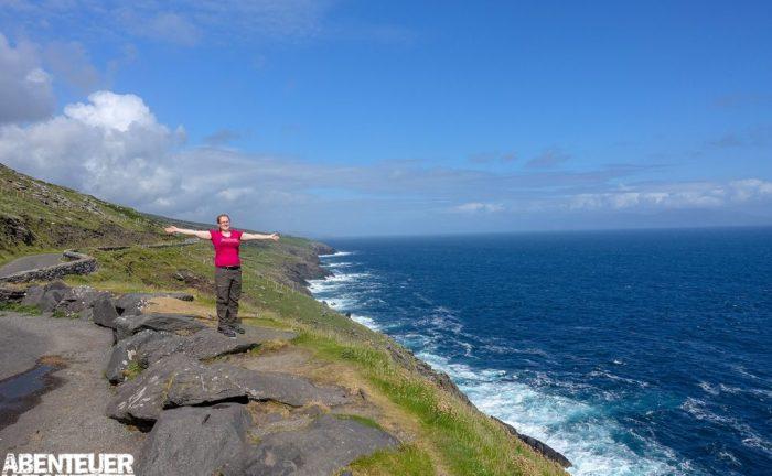Wanderer an der Küstentraße Wild Atlantic Way auf der Dingle Halbinsel, Irland