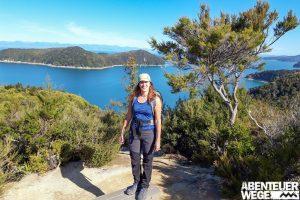 Wanderer im sonnigen Abel Tasman Nationalpark, Neuseeland