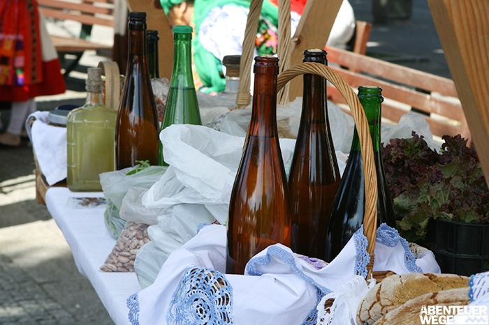 Hausgemachte galicische Weine und Schnäpse an Marktstand.