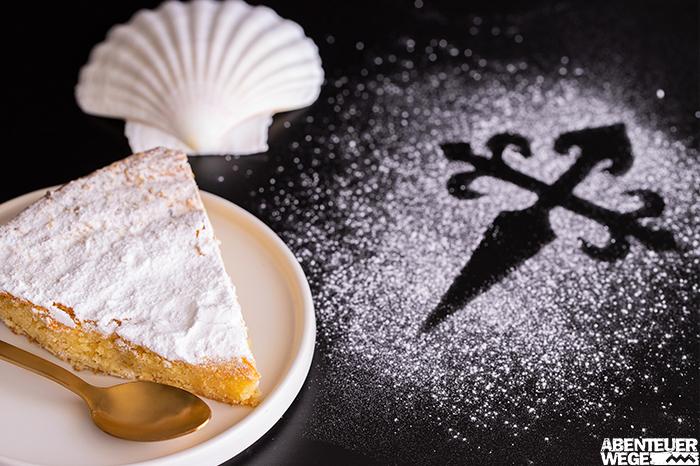 Torta de Santiago ist eine süße Mandeltorte aus Galizien.