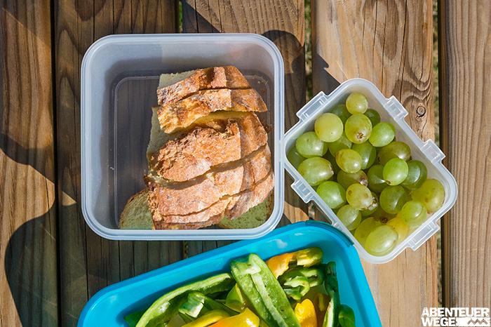 Brot, Trauben und Gemüsesticks als Proviant für den Wandertag.